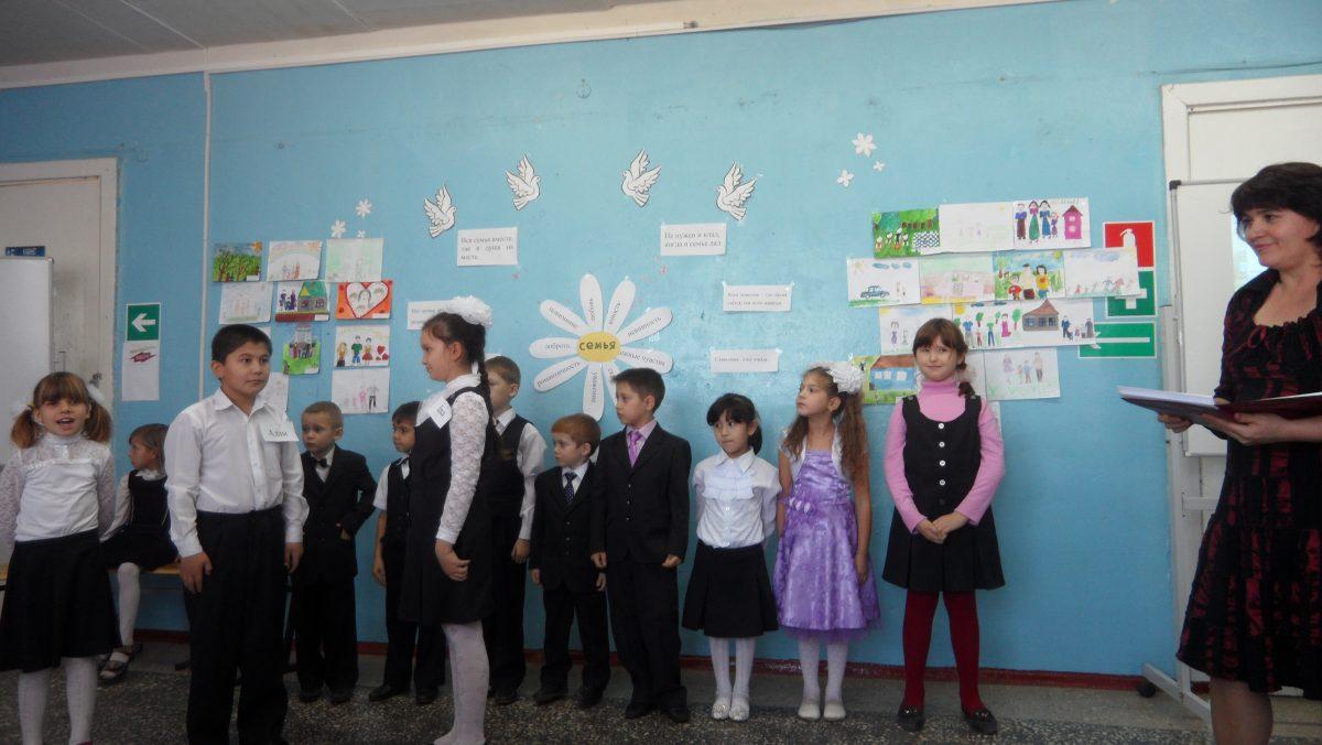 27 ноября  учащиеся начальных классов со своими классными руководителями подготовили и провели праздник ко Дню матери.